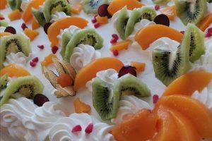 Pitopalvelu - hedelmä-kermakakku | Aatsipoppaa • Palokka - Jyväskylä